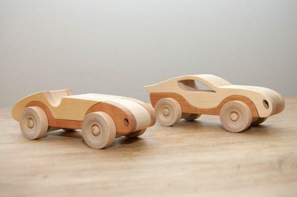 Heiße Flitzer – Fahrzeugflotte aus Massivholz