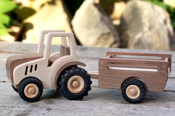 Auf leisen Sohlen – Spielzeugtraktor mit Anhänger