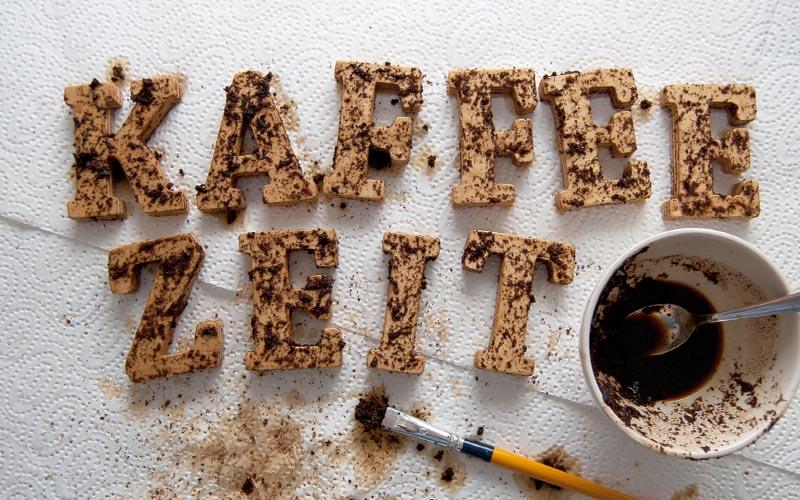 Holz mit Kaffeesatz beizen | Beize auftragen