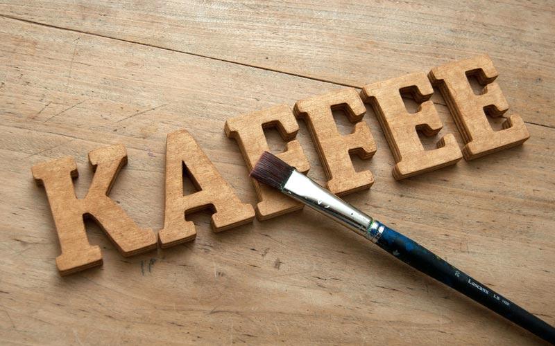 Holz mit Kaffeesatz beizen